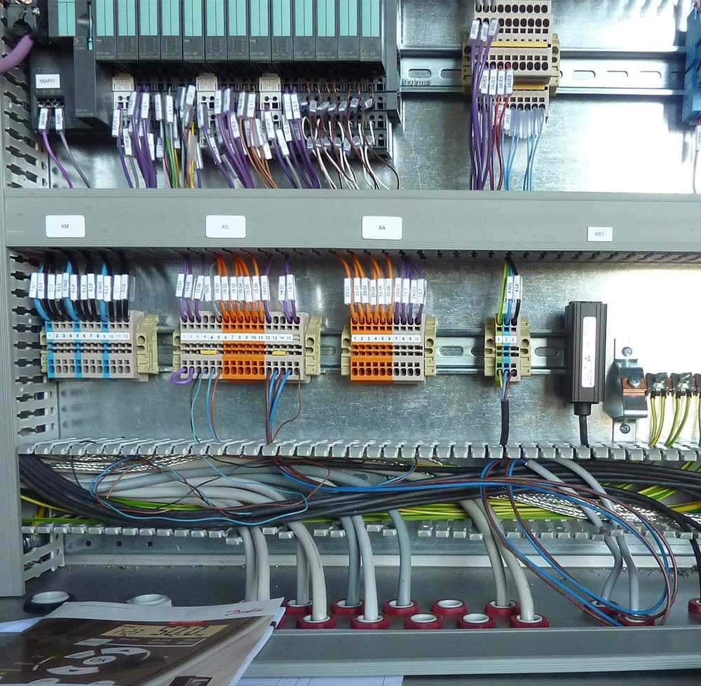 MEC raccorde les convoyeurs aux machines, fait les réglages et la mise en route des lignes